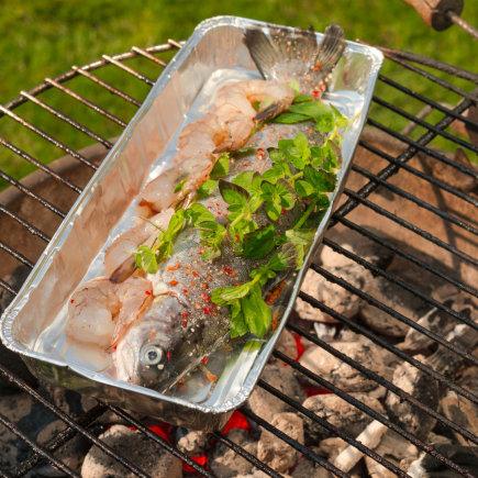 Fotolia nuotr./Specialioje aliuminio folijos dėžutėje žuvis kepama tam, kad ji nesubyrėtų