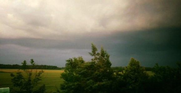 Šiaurės Lietuvoje stichija surengė diskoteką: dangus mirgėjo nuo žaibų