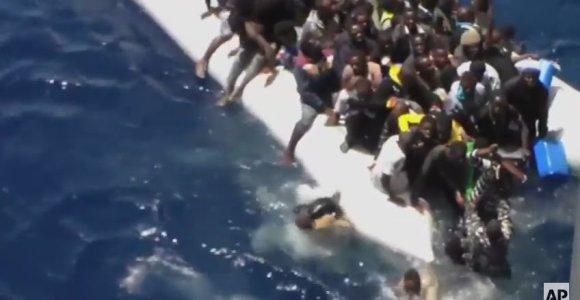 Vaizdo įrašas: migrantai Viduržemio jūroje bando išsigelbėti iš skęstančio laivo
