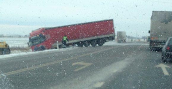 """Masinė sunkvežimių avarija prie Marijampolės: susidūrė du """"Renault"""", """"Mercedes"""" ir """"Scania"""""""