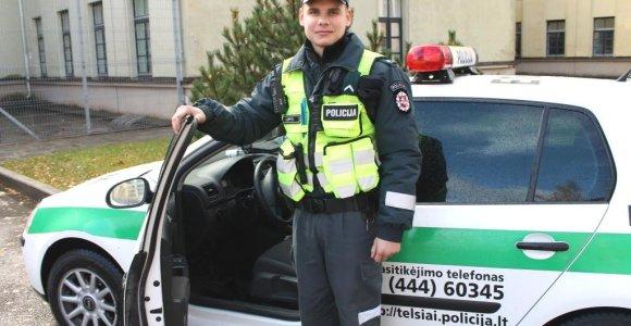 Ne tarnybos metu jaunas pareigūnas Telšių apskrityje demaskavo girtą vairuotoją