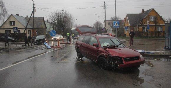 """BMW vairuotojo klaida Panevėžyje: sudaužytas """"Volkswagen"""" ir suniokota pėsčiųjų perėja"""