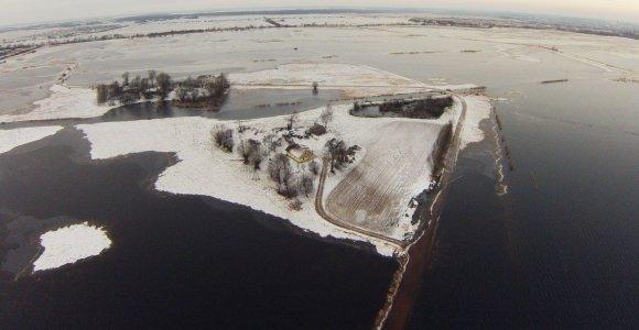 Pamario gyventojai atsidūrė spąstuose, apsemti plotai dengiasi ledu
