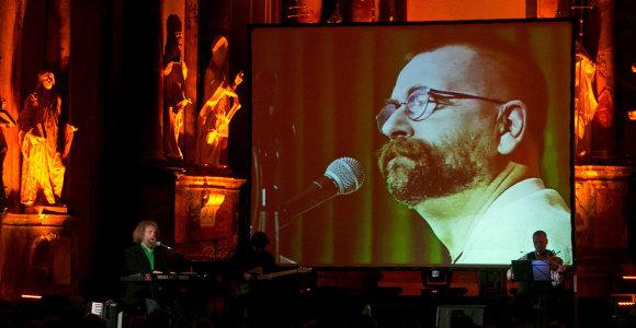 """Andriaus Kulikausko koncerte """"2 Maestro"""" – hipiška dvasia ir Vytauto Kernagio dainos"""