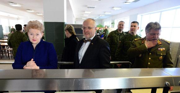 Dalia Grybauskaitė reikalauja Juozo Oleko prisiimti atsakomybę dėl kariuomenei nupirktų įrankių