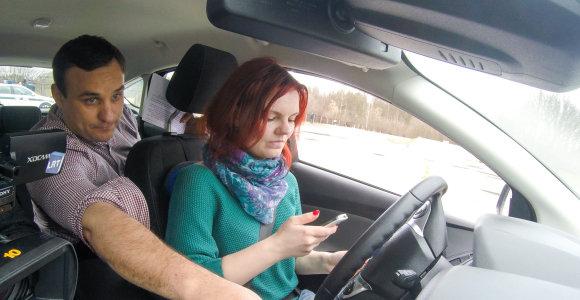 Kauno vairuotojams surengta dėmesį blaškanti vairavimo pamoka