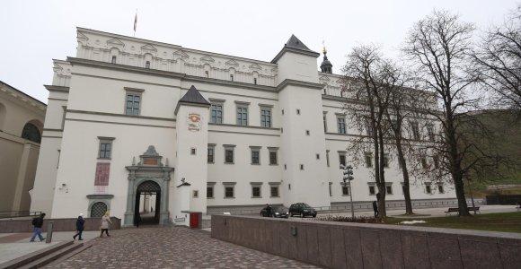 Į Valdovų rūmus iš Lenkijos atvežtas karališkas kalavijas