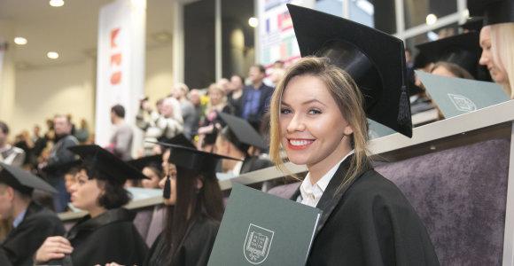 """Bakalauro diplomą atsiėmusią """"misę"""" Ievą Gervinskaitę sveikino brolių būrys"""