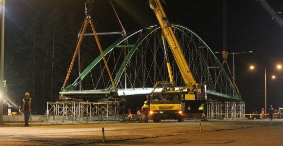 Magistralėje Panevėžys-Vilnius – įspūdinga 77 tonas sveriančio viaduko kėlimo operacija