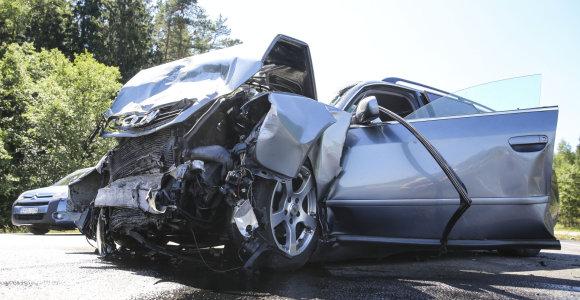 Skaudi avarija netoli Nemenčinės – iš sumaitoto automobilio nukentėjusiuosius traukė ugniagesiai