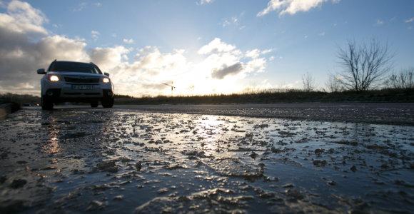 Kelininkai įspėja: eismo sąlygas sunkina krituliai ir plikledis