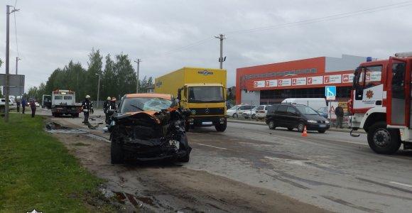 """Po susidūrimo su """"Regitros"""" sunkvežimiu vairuotojas liko prispaustas visureigyje"""