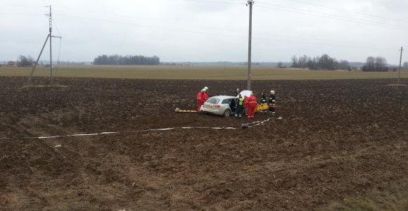 """Avarija Lietuvos ir Latvijos pasienyje: """"Audi"""" nulėkė nuo kelio ir iki arimo 20 metrų skriejo oru"""