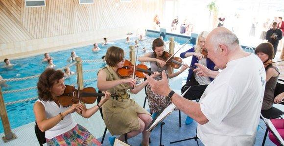 Kristupo vasaros festivalyje – grojantis stalas, muzika Velnio duobėje ir kitoks Aleksandras Rybakas