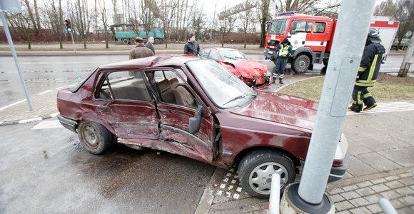 Draugystės gatvėje Kaune susidūrė du automobiliai