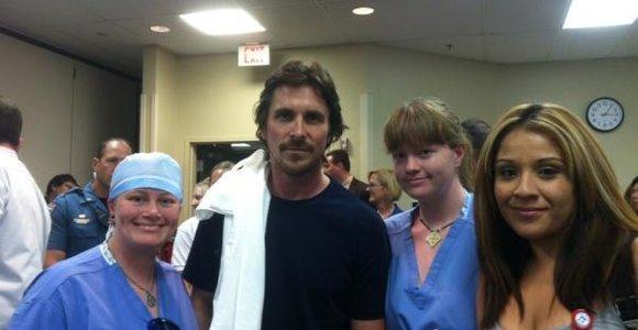 Betmeną įkūnijęs Christianas Bale'as ligoninėje aplankė nukentėjusius per Kolorado šaudynes