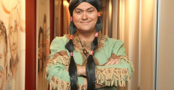 """Rimtą """"kriminalisto"""" veidą Jaunius Matonis iškeitė į indėno makiažą ir kasas"""