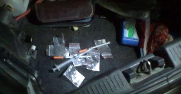 Išsiplėtę akių vyzdžiai ir nerišli kalba išdavė, kad vairuotojas apsvaigęs nuo narkotikų