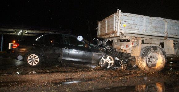 """Panevėžyje """"GAZ 53"""" suknežinęs """"Mercedes"""" vairuotojas paliko automobilį ir dingo"""
