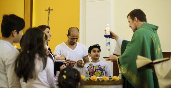 Tūkstančiai imigrantų musulmonų Europoje atsiverčia į krikščionybę