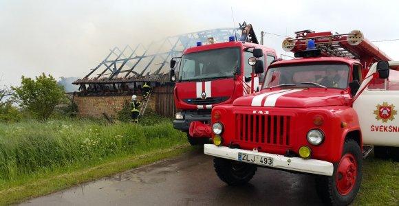 Klaipėdos rajone Kukorų kaime ūkinį pastatą besiglemžiančią ugnį trukdė malšinti vėjas