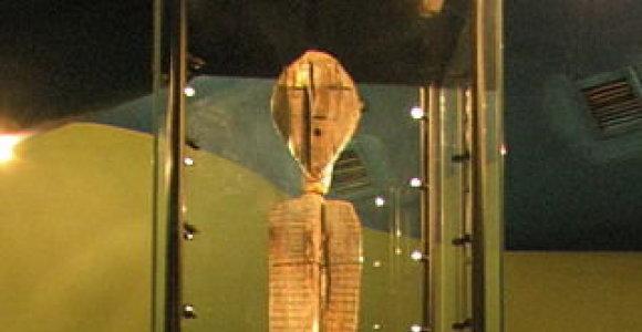 Rusijos teritorijoje rasta statula su neaiškiais simboliais – seniausia medinė statula pasaulyje