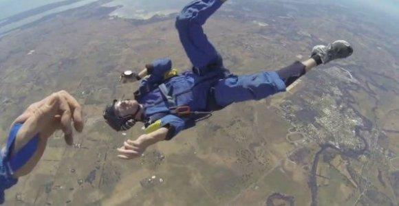 Dramatiškas sąmonės danguje netekusio parašiutininko gelbėjimas – vaizdo juostoje