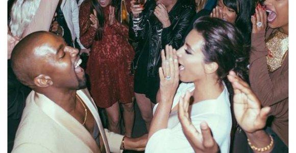 Kim Kardashian per savo vestuvių metines pasidalijo virtine iki šiol nematytų šventės nuotraukų