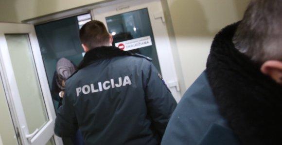 """Prokuroras prašo suimti Šakių rajone kūdikį į šulinį įmetusią motiną: ji teigia vartojusi """"rožines tabletes"""""""