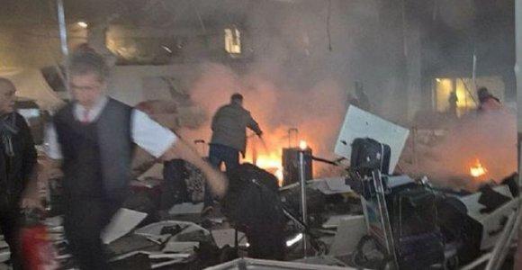 36 gyvybes nusinešęs išpuolis Stambulo oro uoste: pasirodė vaizdo įrašas, kaip pašaunamas 1 iš 3 savižudžių sprogdintojų