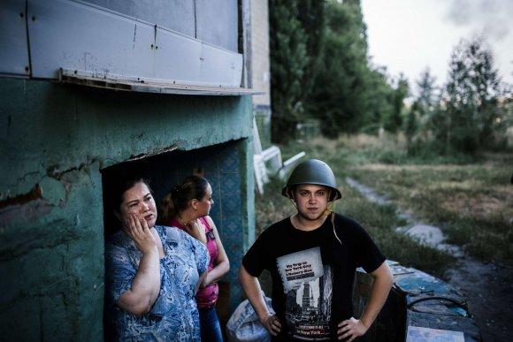 """AFP/""""Scanpix"""" nuotr./Donecke vietos gyventojai slepiasi rūsiuose."""