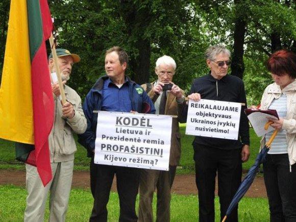 Nuotrauka iš VSD ataskaitos/Karlis Bilans (ketvirtas iš kairės) protestuoja prieš Lietuvos palaikymą Ukrainai