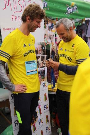 """Projekto partnerio nuotr./""""Aplenk vėžį"""" komanda subūrė ir Lietuvoje žinomus žmones. Kairėje - Geidrius Savickas."""