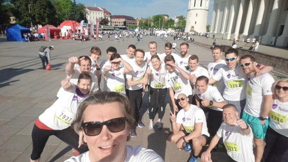 Projekto partnerio nuotr./Teo ir Omnitel jungtinė komanda po maratono su vadovu Kęstučiu Šliužu priešaky 2