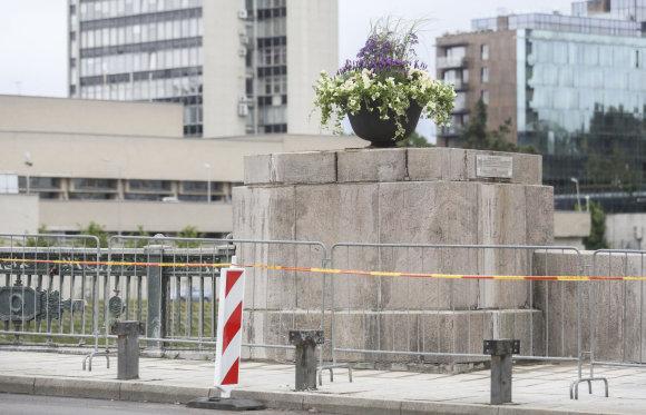 Luko Balandžio/15min.lt nuotr./Gėlės vietoj Žaliojo tilto skulptūrų