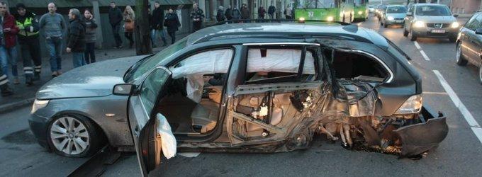 Kaune BMW trenkėsi į stulpą