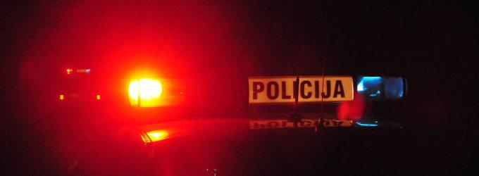 Ant kelio užsnūdusi moteris žuvo po automobilio ratais