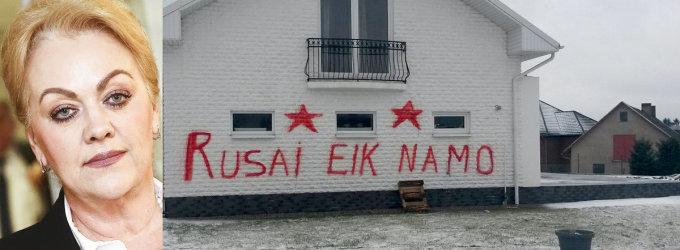 Seimo narės Irinos Rozovos dukters namas Tauralaukyje ištepliotas antirusiškais užrašais
