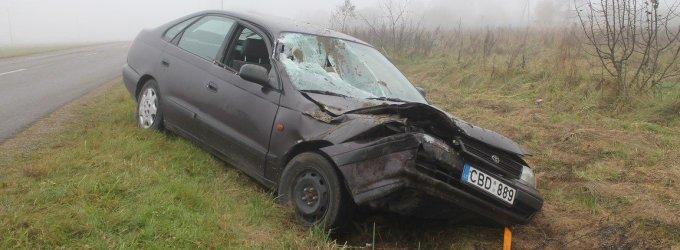 """Rūko apgaubtame Panevėžio rajono kelyje """"Toyota"""" rėžėsi į """"nematomą"""" priekabą"""