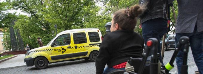 Neįgalieji skundžiasi, kad viešieji pastatai jiems vis dar nepritaikyti