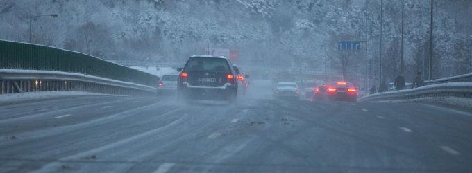 Vakarų Lietuvoje eismo sąlygas sunkina sniegas ir pustymas