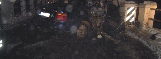 """Čiobiškyje keturių vaikinų """"Audi A4"""" rėžėsi į tiltą, du žuvo, mašinoje rastas ginklas"""