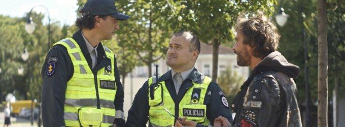 """Išskirtiniai kadrai: komiška filmo """"Pakeliui"""" scena su Mantu Jankavičiumi ir policija"""