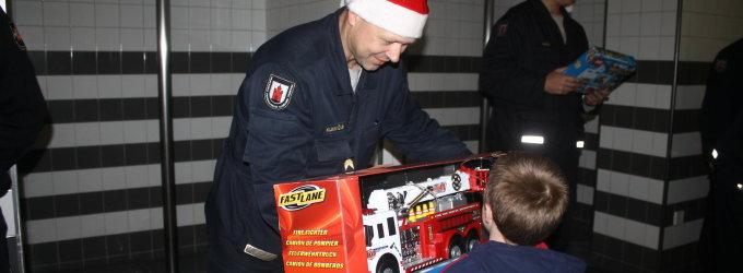 Kalėdų Seniais virtę Panevėžio ugniagesiai neliko abejingi vaikų svajonėms