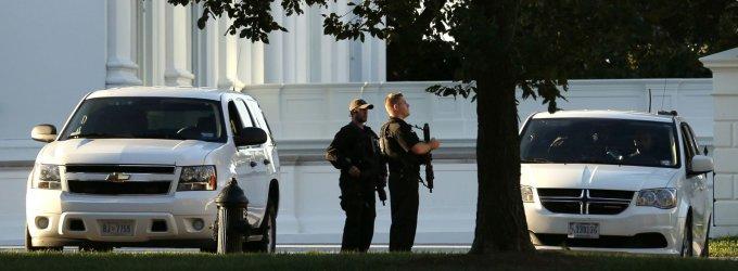 Į Baltuosius rūmus įsibrovęs benamis automobilyje turėjo šimtus šovinių