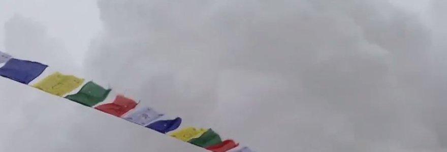 Pasirodė vaizdo įrašas, kuriame – žemės drebėjimo sukelta sniego lavina Evereste