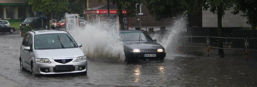 Liūtis užtvindė Panevėžio gatves – stojo automobiliai, vairuotojai balose ieškojo valstybinių numerių
