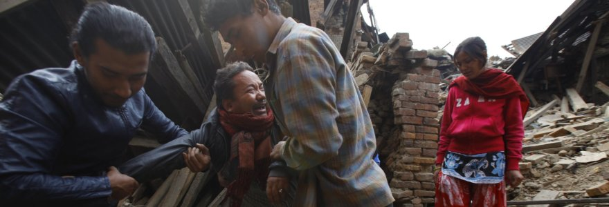 Nepale dar vienas galingas požeminis smūgis, aukų skaičius perkopė 2 tūkst.