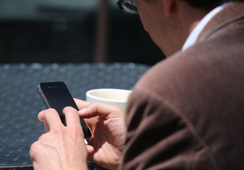 Žmogus naudojasi telefonu