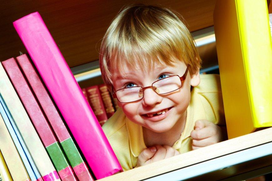 Vaikas tarp knygų.